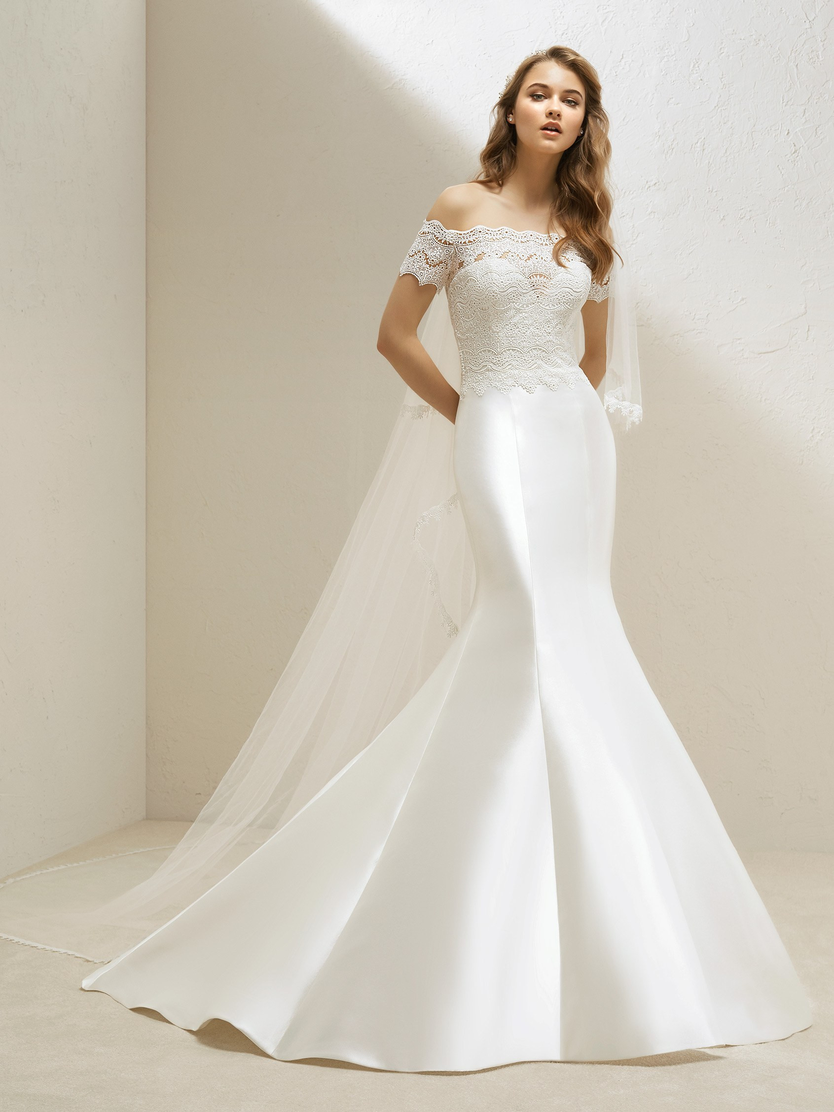 7365308bfa8f Mikado and lace mermaid wedding dress | Pronovias