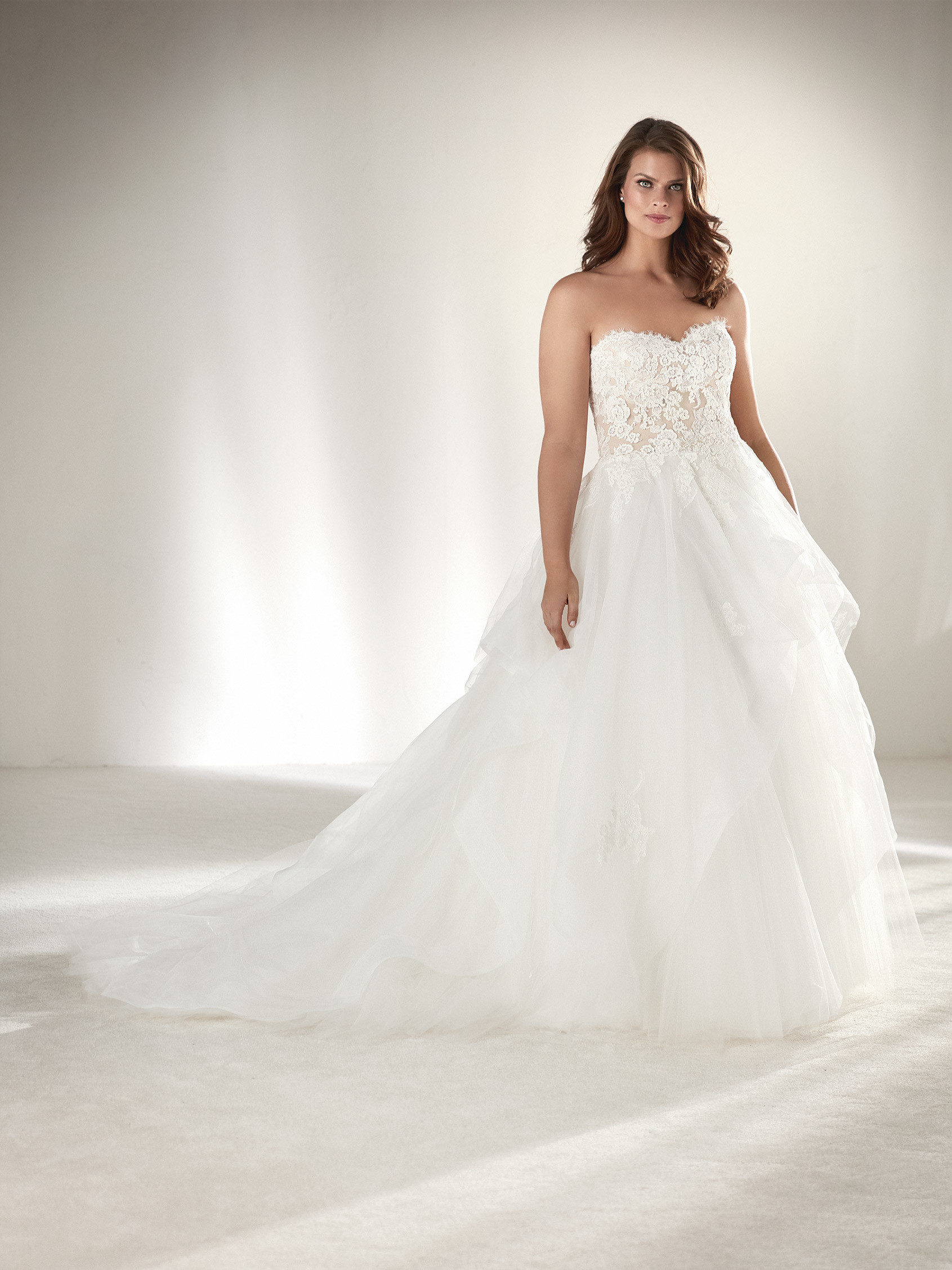 Draval plus size wedding dress with a layered skirt for Free plus size wedding dress catalogs