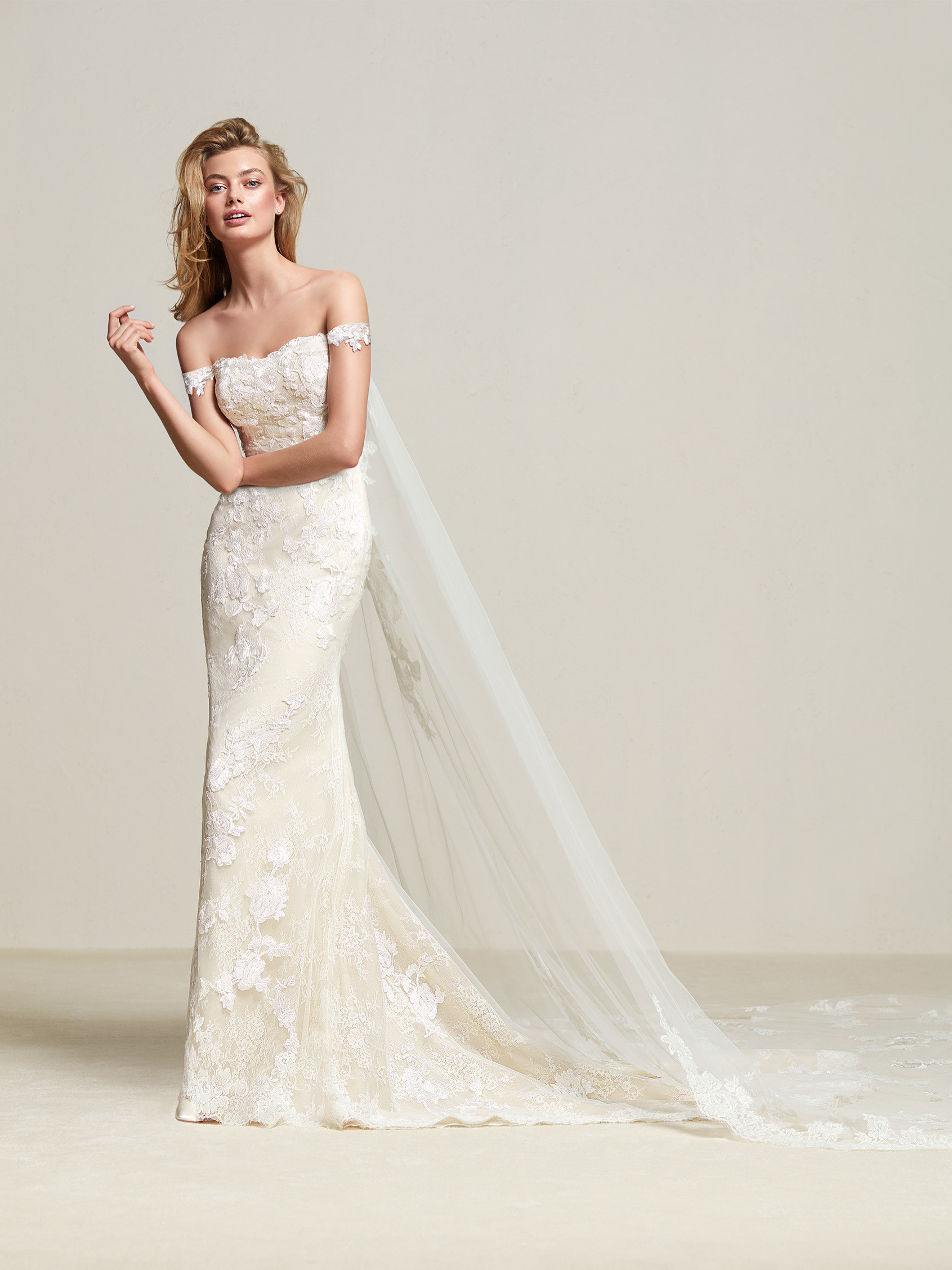 Dria: Lace wedding dress with discrete short sleeves - Pronovias
