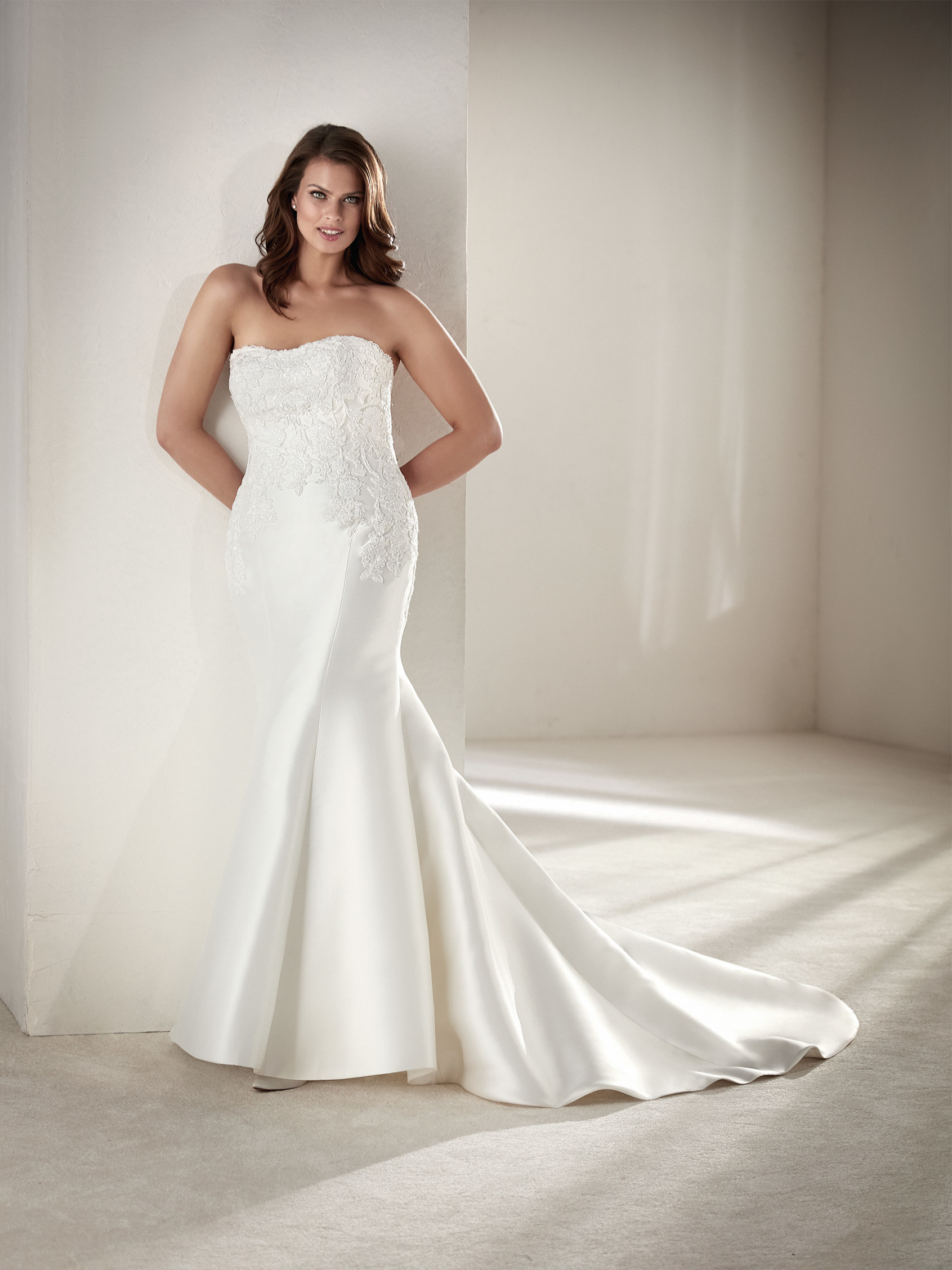 Drileas wedding dress curvy pronovias 2018 for Free plus size wedding dress catalogs