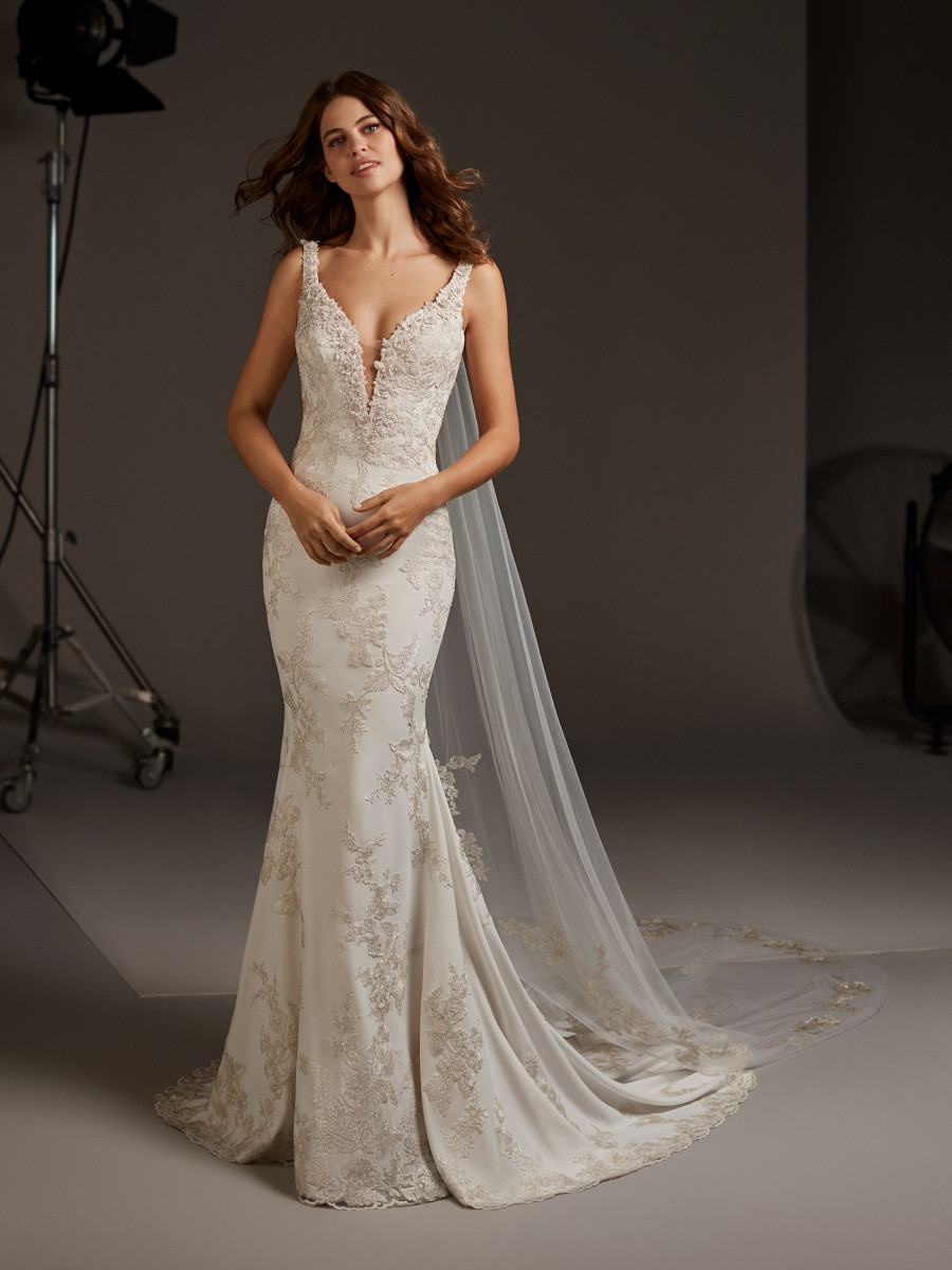 8e2e4a63352c Mermaid wedding dress with scoop back and buttons | Pronovias