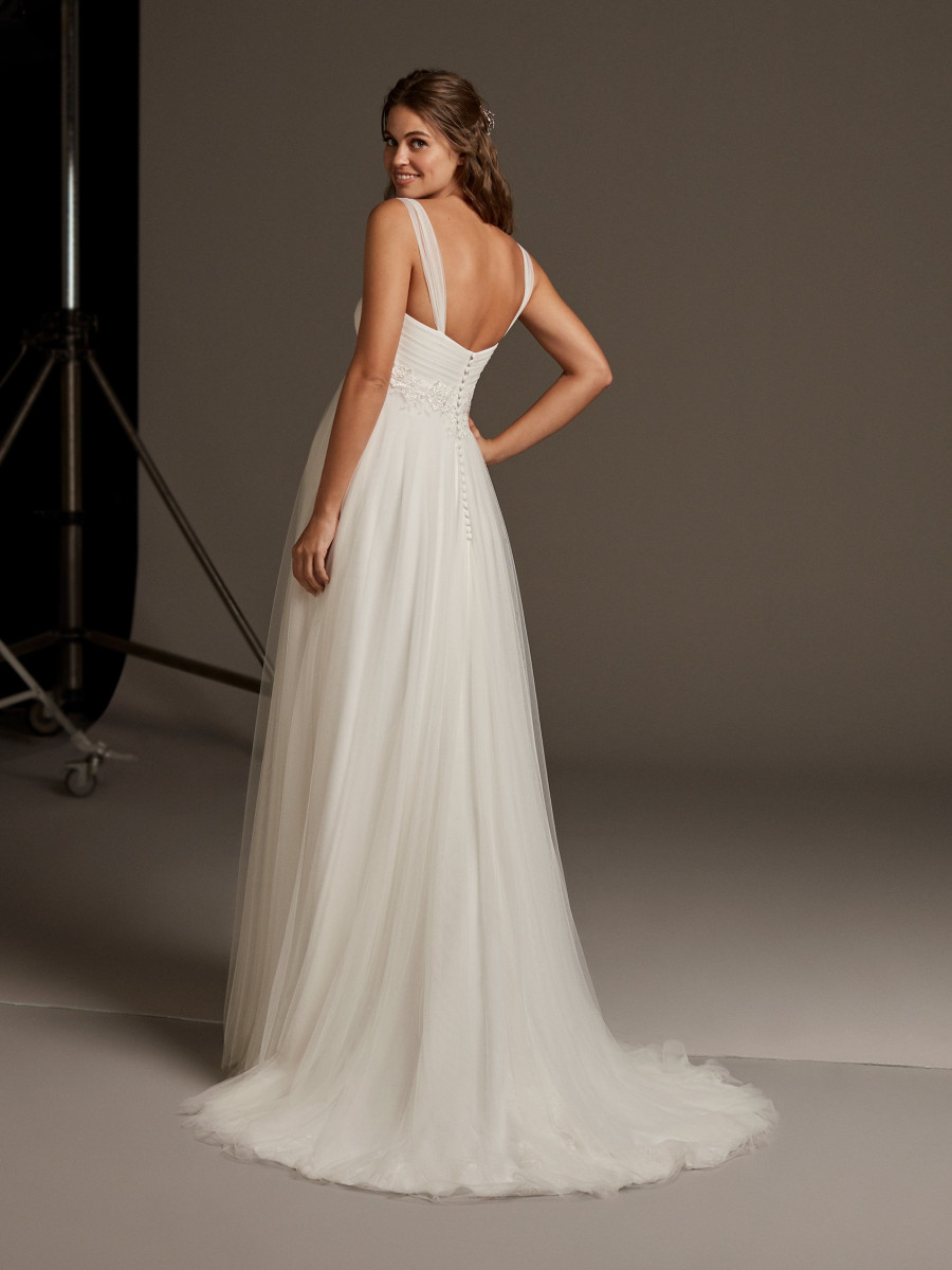 14d4453393aac Tulle sheath wedding dress with open back | Pronovias