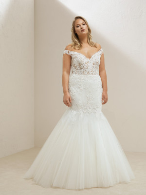 Plus Size Mermaid Wedding Dress With Sweetheart Neckline Pronovias