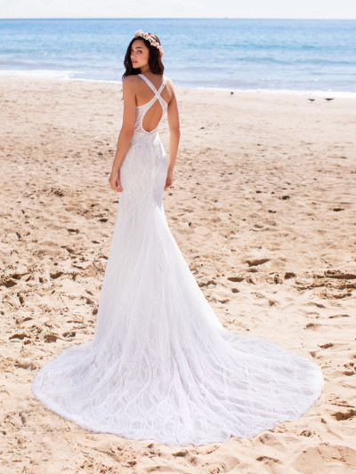 Mermaid Cut Wedding Dress With Lace And V Neck Pronovias