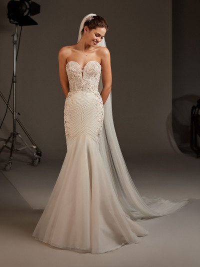 02303782c7de Front of Tulle mermaid wedding dress with beaded embroidery Pronovias